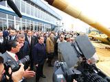 Parodos organizatorių puslapio rae2013.ru nuotr./Rusijos ministras pirmininkas Dmitrijus Medvedevas parodoje RAE-2013