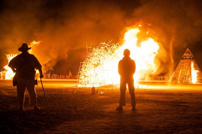 Pauliaus Musteikio nuotr./Lituanicos paukačiams užsidegus, jie netruko sulūžti ir nuvirsti