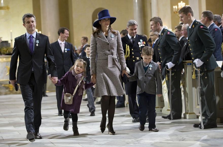 """AFP/""""Scanpix"""" nuotr./Danijos princas Frederikas su žmona princese Mary ir vaikais Isabella ir Christianu"""