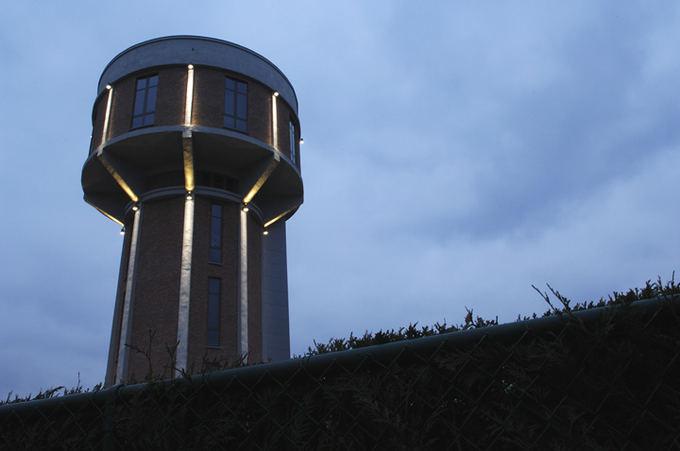 Steenokkerzeel.be nuotr./Vandens bokatas, virtęs originaliu gyvenamuoju namu Belgijoje