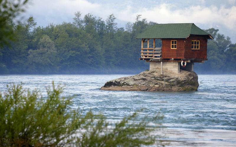 Vienišas namelis ant uolos  Serbijos upėje Drinoje