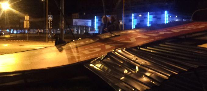 15min.lt skaitytojo nuotr./Vėjas nuvertė stendą prie Klaipėdos Akropolio.