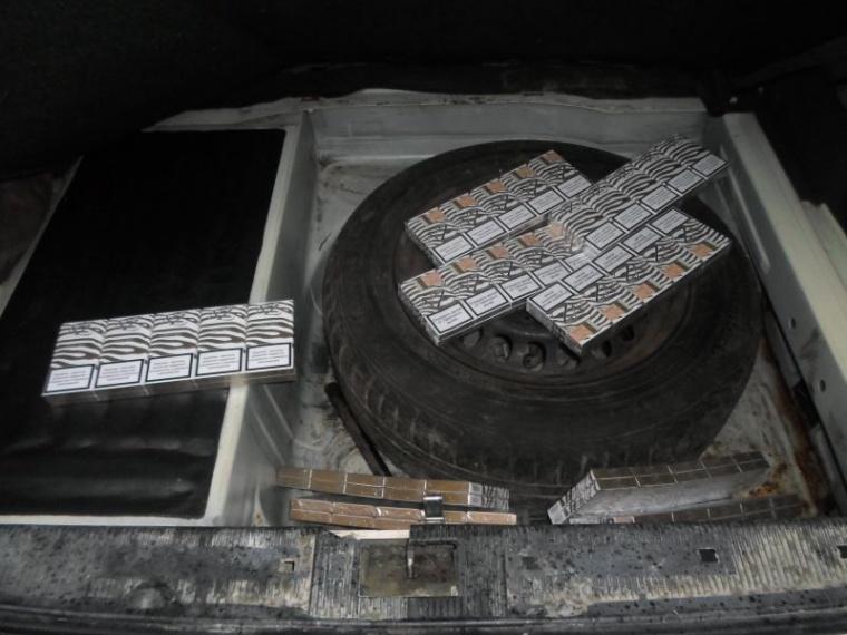 Taksistas automobilyje slėpė nelegaliai įgytas cigaretes.