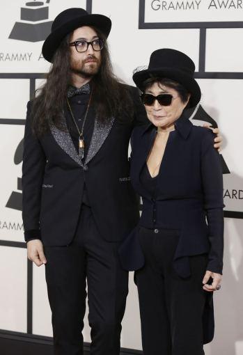 """""""Reuters""""/""""Scanpix"""" nuotr./Yoko Ono su sūnumi Seanu Lennonu"""