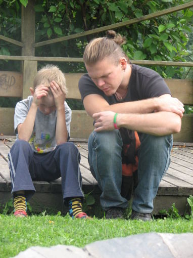 SOS vaikų kaimo nuotr./Liūdintį SOS vaikų kaimo vaiką guodžia SOS vaikų kaimo darbuotojas Martynas
