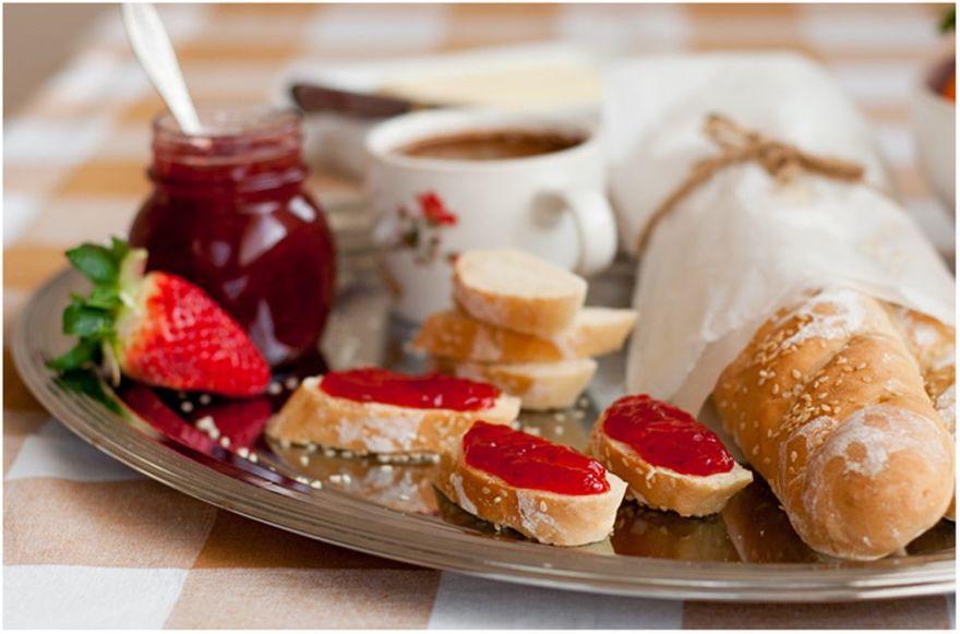 Astos Černės nuotr./Saldus pusryčių sumuštinis su prancūziška duona