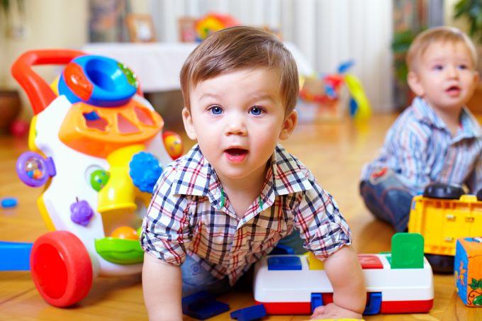 Kiek žaislų reikia mažyliui?