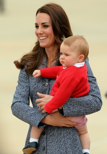 "AFP/""Scanpix"" nuotr./Kembridžo hercogienė Catherine su sūnumi George'u"