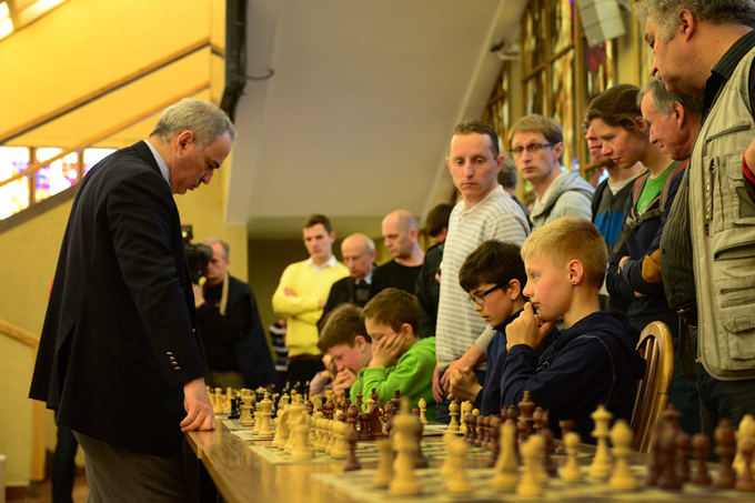 Alfredo Pliadžio nuotr./Garis Kasparovas susirėmė su aštuoniais jaunaisiais Lietuvos šachmatininkais