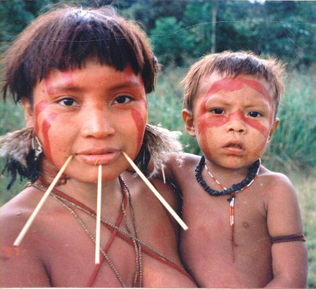 Janomamų genties moteris su vaiku