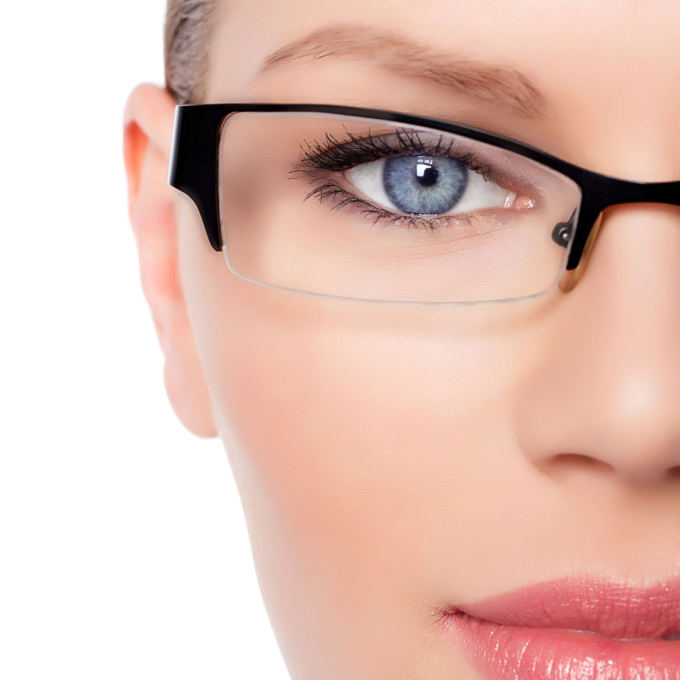 Fotolia nuotr./Moteris su akiniais