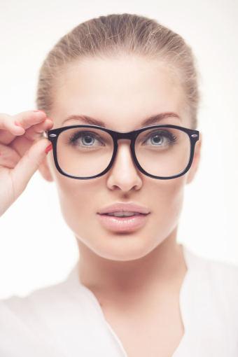Fotolia nuotr./Šiuo metu akiniai yra labai madingas moterų aksesuaras