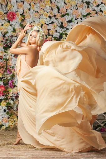 Fotolia nuotr./Besiplaikstanti ilga suknelė