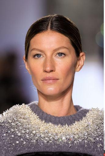 """""""Scanpix"""" nuotr./Brazilų supermodelis Gisele Bundchen demonstruoja """"Balenciaga"""" 2014-2015 m. rudens-žiemos kolekcijos modelį Paryžiaus mados savaitėje."""