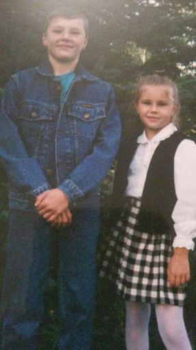 Asmeninio albumo nuotr./Indrė Burlinskaitė su pusbroliu per rugsėjo pirmąją pirmoje klasėje