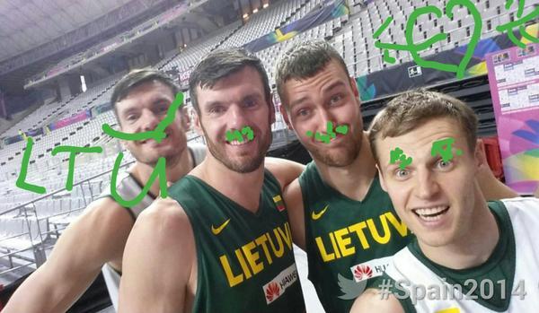 Lietuvos krepšinio rinktinės žaidėjų linksma fotosesija: broliai Darjušas ir Kšištofas Lavrinovičiai, Donatas Motiejūnas ir Martynas Pocius