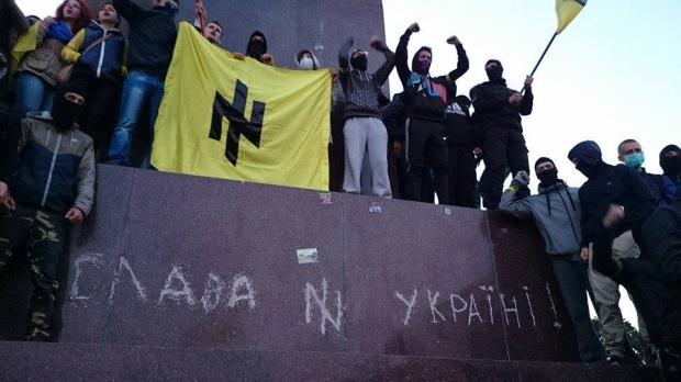 """Ant Lenino paminklo išraižytas užrašas """"Šlovė Ukrainai!"""""""