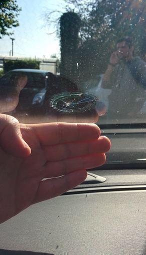 """Pauliaus Sviklo/GAZAS.LT nuotr./Belgiškas akmuo paliko įspaudą ant """"Volvo XC70"""" priekinio stiklo"""
