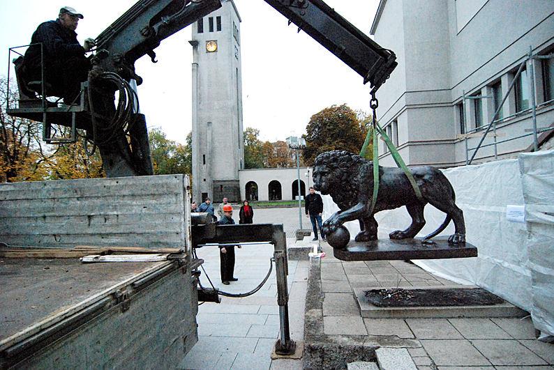 Liūtų skulptūros