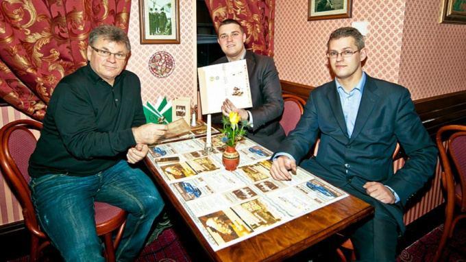 """""""Bernelių užeigos"""" įkūrėjas Lietuvoje Algirdas Mažeika (kairėje) su kolegomis Anglijoje: Rolandu Kačinsku ir Tomu Baltrukėnu."""