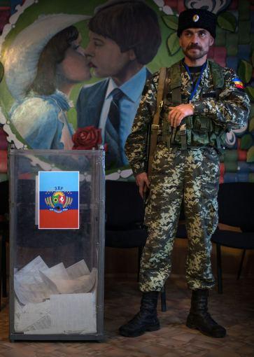 """Scanpix/ITAR TASS nuotr./Išankstinis balsavimas """"rinkimuose"""" Luhansko teroristų kontroliuojamoje teritorijoje"""