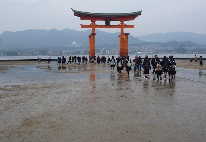 Per atoslūgį šventyklos vartus Mijadžimoje galima pasiekti smėliu