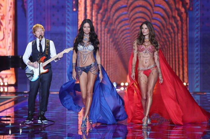 """Scanpix""/AP nuotr./Edas Sheeranas, Adriana Lima ir Alessandra Ambrosio"
