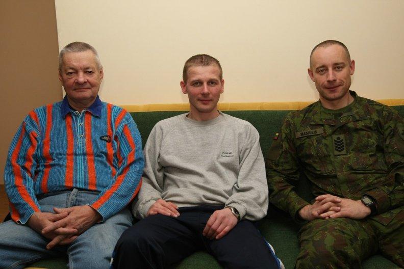 Sužeistas karys L.Mackevičius (vidur.) su tėvu Drąsučiu ir KASP seržantu majoru D.Masiuliu.