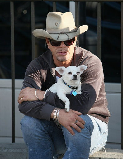 AOP nuotr./ Mickey Rourke su šunimi Džos (2009 metais)