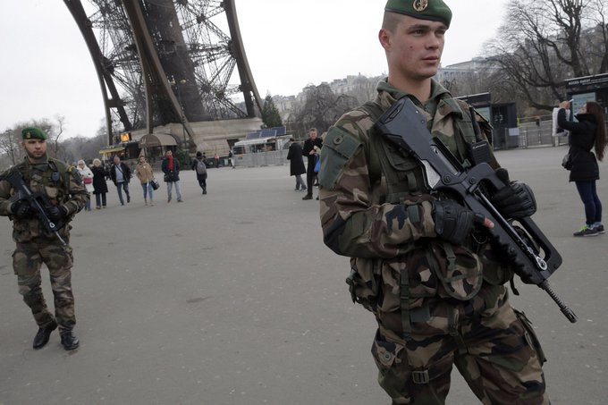 """""""Scanpix""""/AP nuotr./Po žudynių """"Charlie Hebdo"""" redakcijoje prie Eifelio bokšto sustiprinta apsauga, budi Prancūzijos kariai."""
