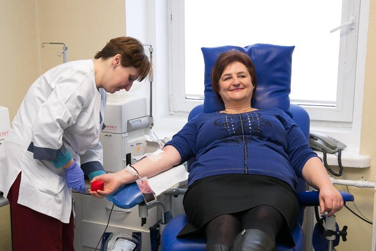 Seimo pirmininkė Loreta Graužinienė duoda kraujo