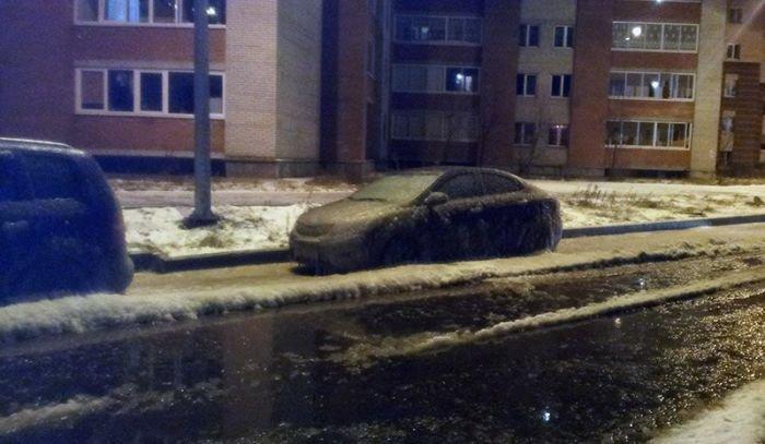 Gatvėje prišalęs automobilis