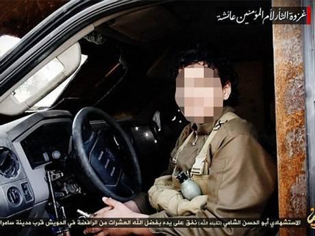 """Kadras iš filmuotos medžiagos/""""Islamo valstybės"""" įrašas: berniukas įvykdo mirties bausmę dviem rusams"""