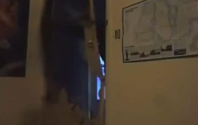 Kaimynas mačete iškapoja duris