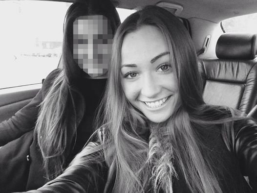 Ieva Kazlaitė su drauge prie automobilio vairo
