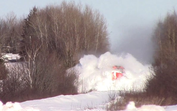 Traukinys Kanadoje įveikė pusnis