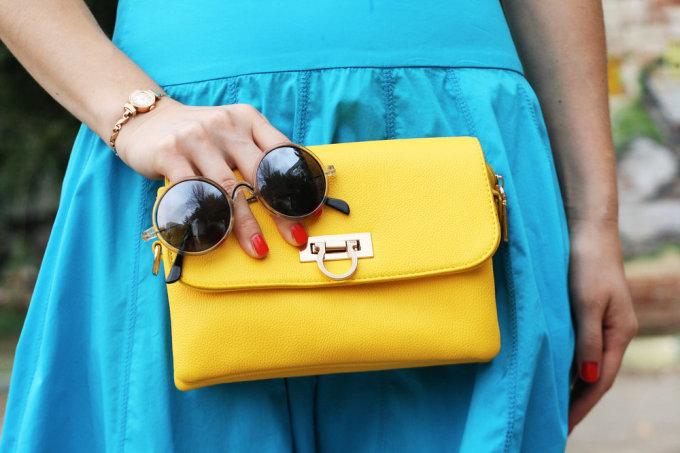 """""""Shutterstock"""" nuotr./Geltona rankinė"""
