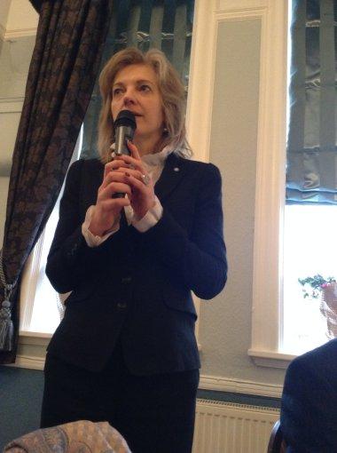 Ambasadorė sveikina iškilmingų pietų Lietuvos valstybės nepriklausomybės  25-mečiui paminėti metu Nottingham