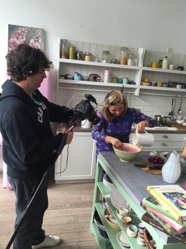 Beatos virtuvės nuotr. /Režisierius Franckas Ribière filmuoja šaltibarščių gaminimo procesą