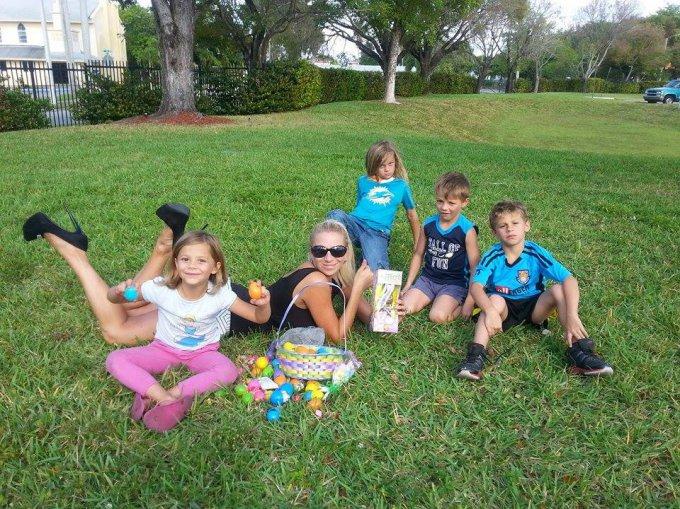 Asmeninio albumo nuotr./Erika Santos su vaikais švenčia Velykas