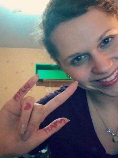 Ji24.lt skaitytojos nuotrauka/Ramunė. Vertimas iš gestų kalbos – šis gestas reiškia – AŠ TAVE MYLIU