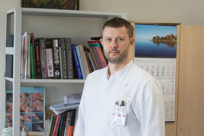 Juliaus Kalinsko / 15min nuotr./Santariškių klinikų Plastinės ir rekonstrukcinės chirurgijos skyriaus vedėjas Nerijus Jakutis