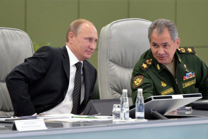 """AFP/""""Scanpix"""" nuotr./Vladimiras Putinas ir Rusijos gynybos ministras Sergejus Šoigu."""