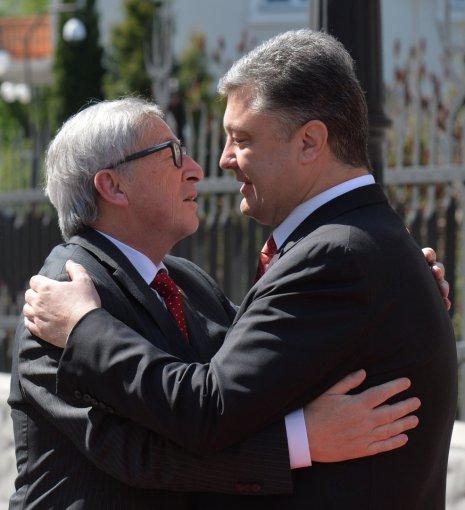 """AFP/""""Scanpix"""" nuotr./Jeanas-Claude'as Junckeris ir Petro Porošenka"""