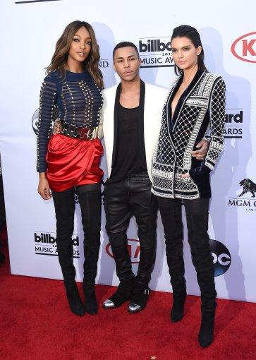 """Scanpix""/AP nuotr./Dizaineris Olivieris Rousteingas su Jourdan Dunn ir Kendall Jenner"