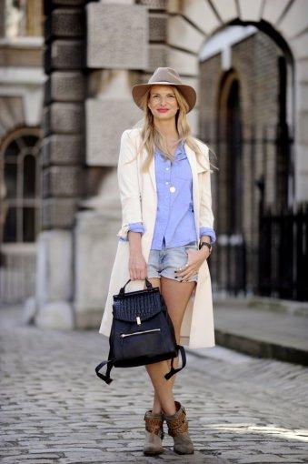 Vida Press nuotr./Fashionistos iš mados sostinių sufleruoja, kaip dėvėti ir derinti skrybėles