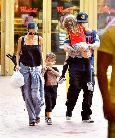Vida Press nuotr./Nicole Richie ir Joelis Maddenas su vaikais