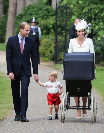 """AFP/""""Scanpix"""" nuotr./Princas Williamas ir Kembridžo hercogienė Catherine su vaikais"""
