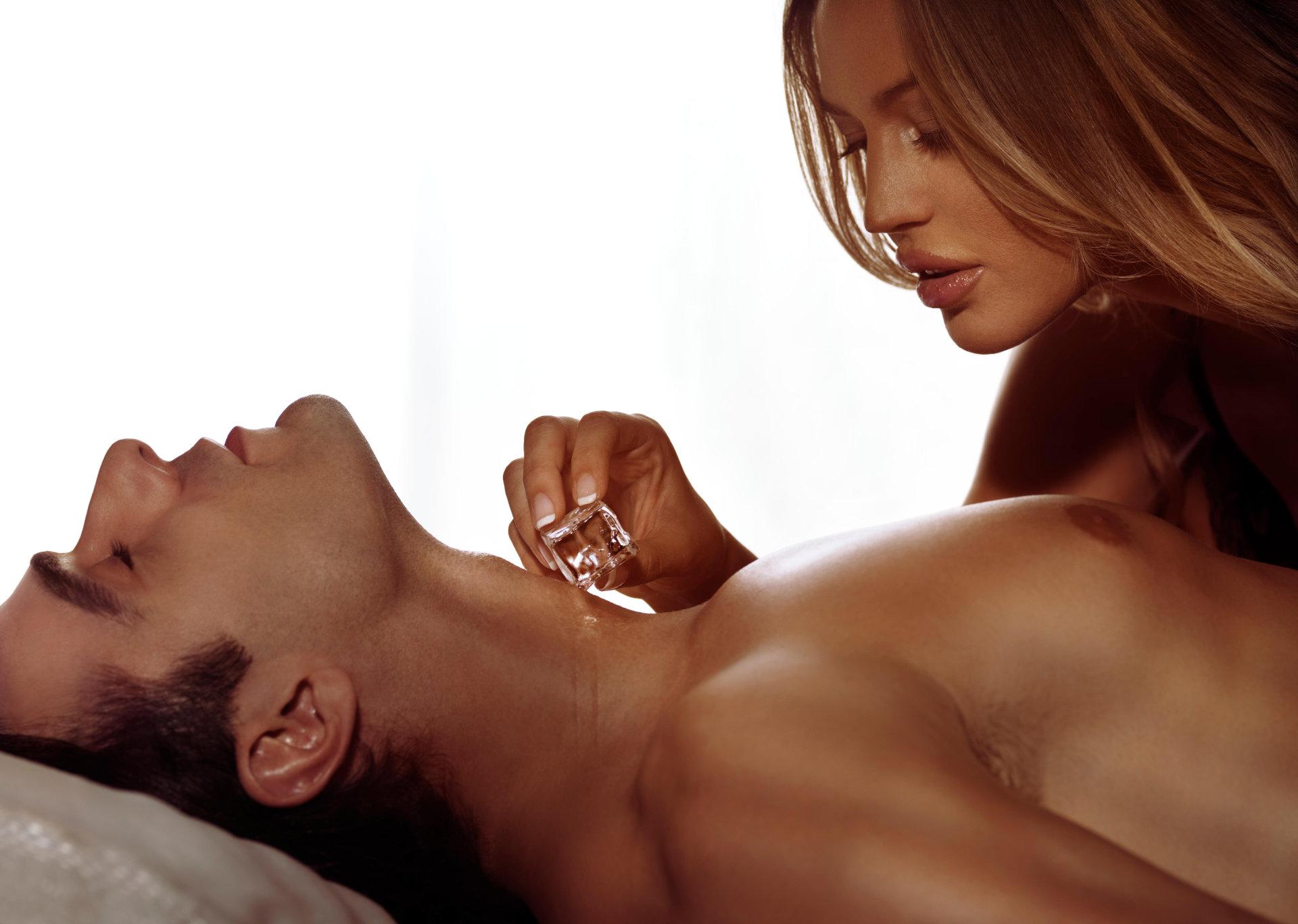moterys bučiuoja varpą)