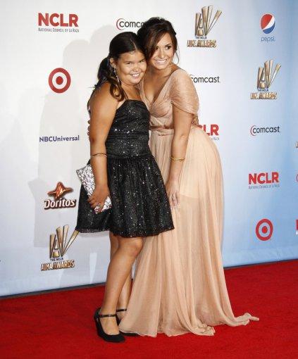 Vida Press nuotr./Demi Lovato su seserimi Madison De La Garza (2011 m.)